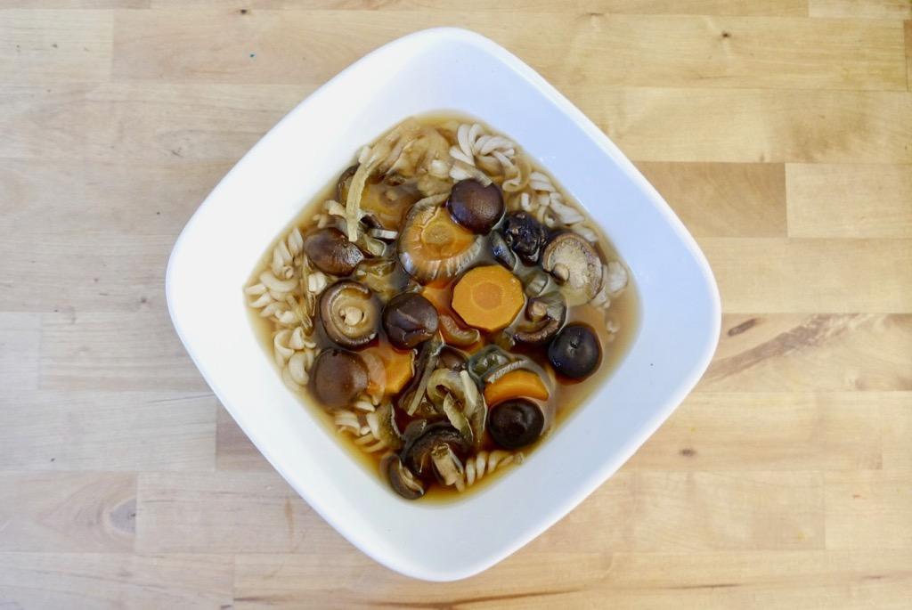Zupa zgrzybów shitake ipastą miso