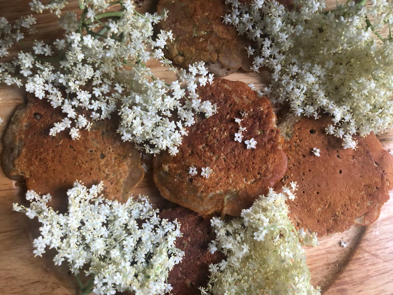 Słodkie, wegańskie placki zkwiatami dzikiego bzu